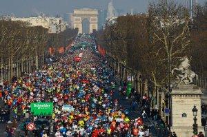 Depart sur les Champs Elysees, vue de la nacelle de la place de la Concorde
