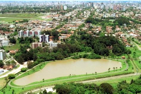Bairro Bacacheri_ Vista Aérea do Parque Gal.Iberê de Matos (Parque do Bacacheri) Curitiba, 11/11/2002 Foto: Carlos Ruggi/SMCS (22681-17)